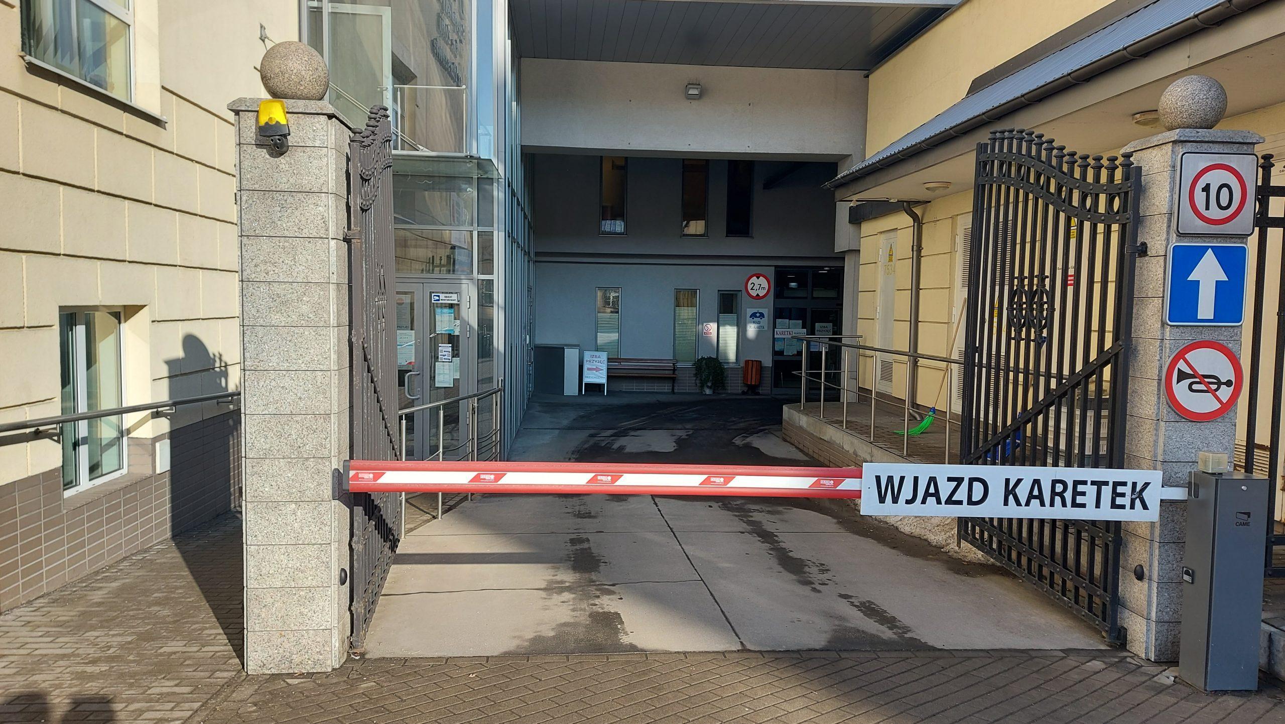 wejście główne do szpitala, szlaban