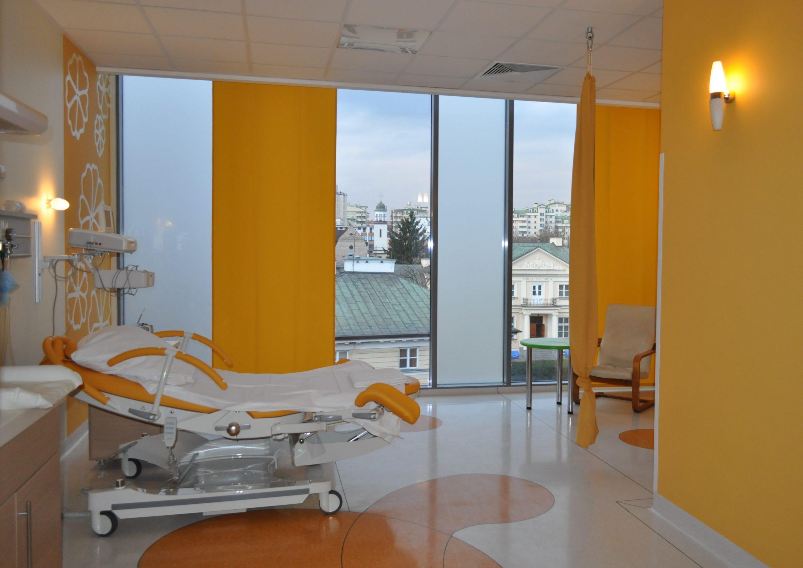 sala porodowa pomarańczowa, łóżko porodowe