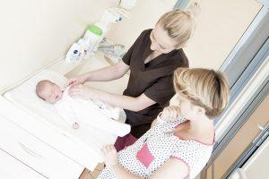 dziecko, przewijak, kosmetyki dla dziecka, mama i położna